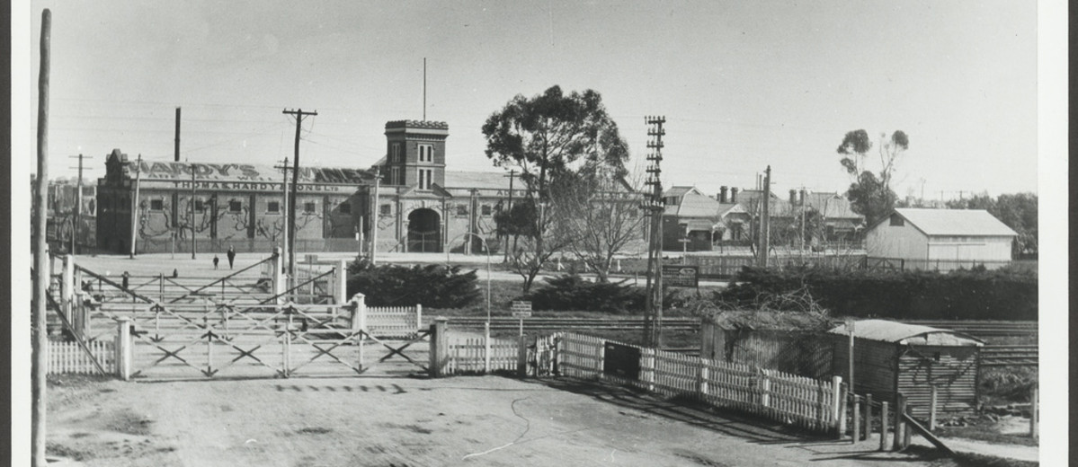 Image: Railway crossing at buildings in the background