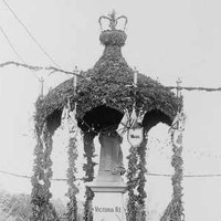 Image: The Royal Visit decorated statue