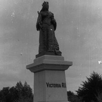 Image: statue of standing queen in royal robes and crown