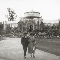 Image: Well-dressed visitors to glass house in botanic garden