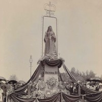 Image: Queen Victoria Statue draped in black following the queen's death