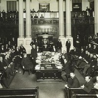 Image: photograph of a parliamentary sitting with many men posing for the camera