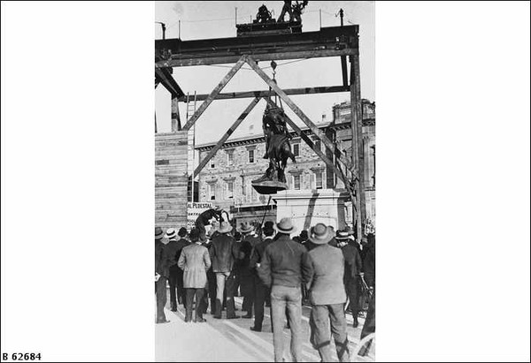 Erecting the South African War Memorial, 1904