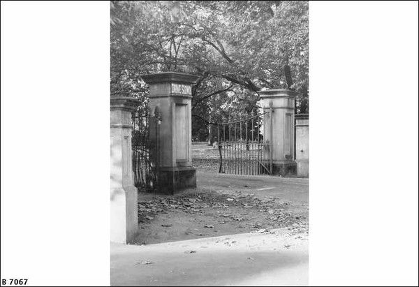 Image: A large entrance gate to Botanic Park