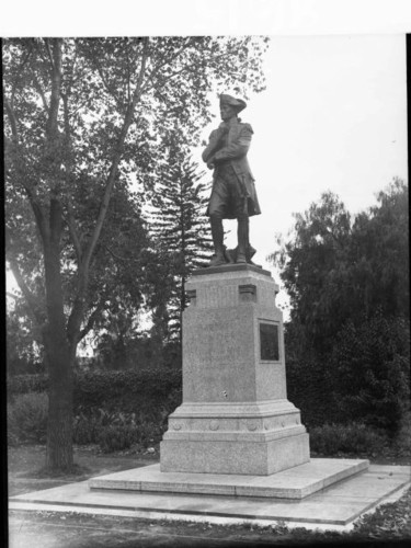 Image: sculpture of standing man in nineteenth century costume