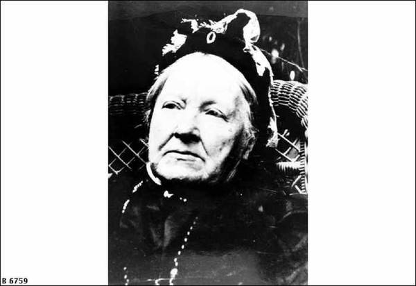 Image: Close up of elderly woman wearing bonnet style hat