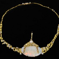 Image: gold chain with opal