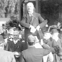 Image: Man addresses crowd at rotunda on Wattle Day