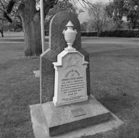 Image: Cream gravestone